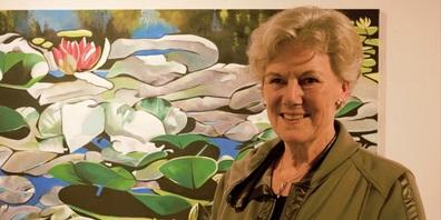 Ruth Zoller vor ihrem Gemälde.