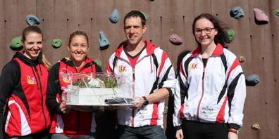 Von links: Luzia Hutter, Natalie Buschor, Präsident Kuno Hutter und Lara Langenegger bei der Übergabe im kleinen Kreis.