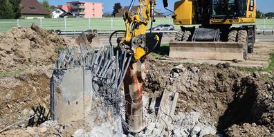 Auch für die Entfernung des tief verankerten Fundaments musste mit schwerem Baugeschütz aufgefahren werden.