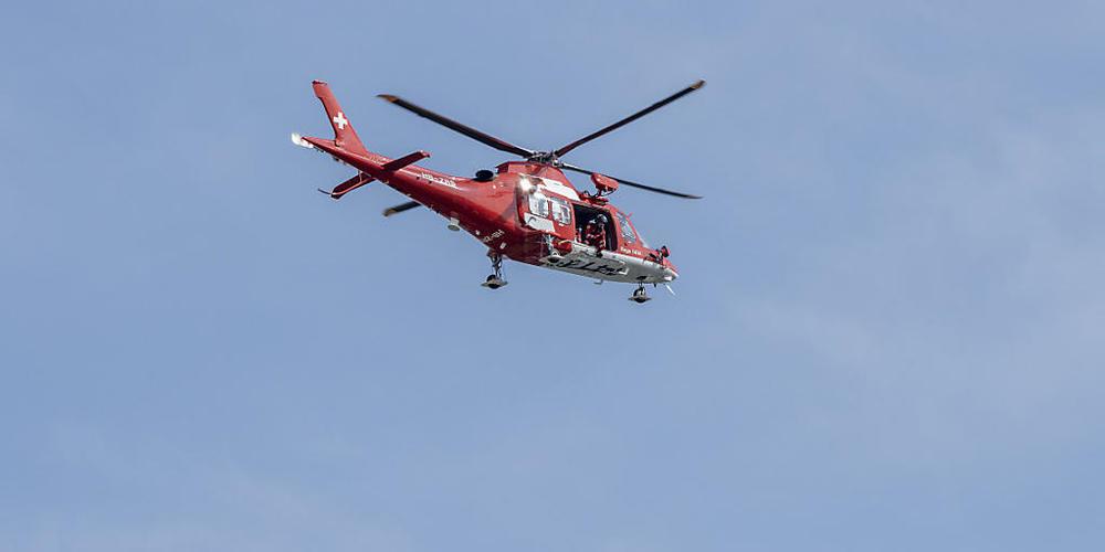Ein Helikopter flog einen von zwei Verletzten in ein Spital. Es bestand der Verdacht auf Rückenverletzungen. (Archivbild)