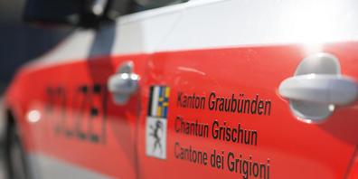 In Laax sind zwei Personen bei einem Verkehrsunfall gestorben. Sie wurden im Auto eingeklemmt, das gegen eine Mauer prallte. Der Fahrer überlebte schwerverletzt. Die Kantonspolizei Graubünden ermittelt die genauen Umstände, die zu dem Unfall führt...