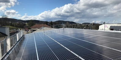 Die soeben fertig gestellte PV-Anlage auf dem Dach der Sulmag AG.