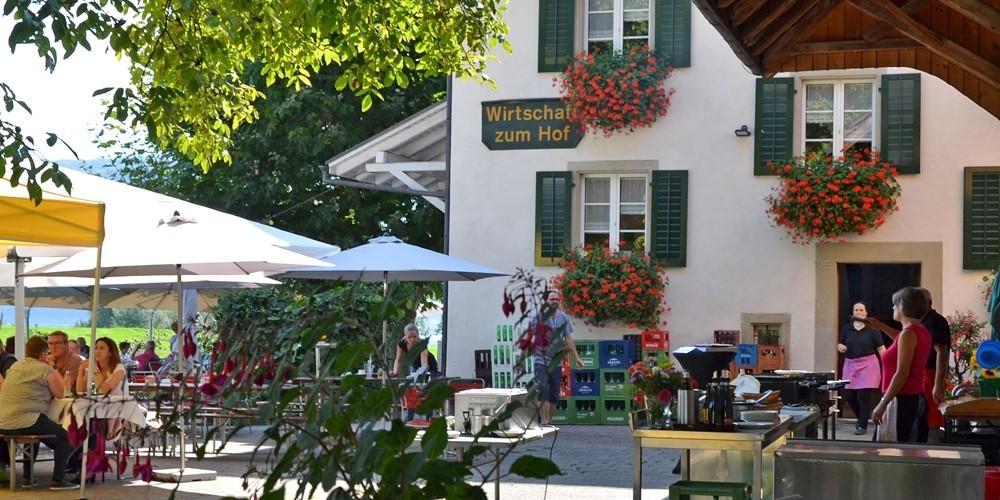 Die Wirtschaft zum Hof in Bollingen ist eine sowohl gastwirtschaftliche als auch landwirtschaftliche Idylle.
