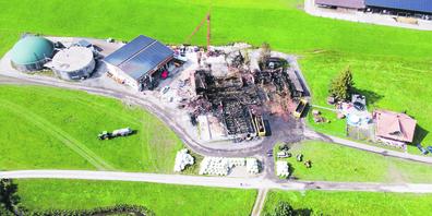 Aus der Vogelperspektive gut zu sehen: Das gesamte Ausmass der Zerstörung durch den Brand des Stalls am Chlösterliweg in Trachslau.