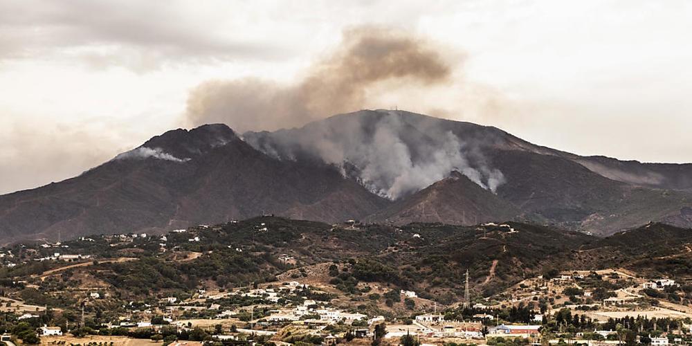 Rauch steigt über Bergen in der Nähe der Stadt Jubrique in der Provinz Malaga auf. Ein verheerender Waldbrand im Süden Spaniens ist nach knapp sechs Tagen unter Kontrolle. Die seit vorigem Mittwoch lodernden Flammen haben unweit der Küstengemeinde...