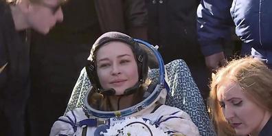HANDOUT - Dieses von der Raumfahrtagentur Roscosmos zur Verfügung gestellte Foto zeigt die Schauspielerin Julia Peressild (M) kurz nach der Landung. Foto: Uncredited/Roscosmos Space Agency/AP/dpa - ACHTUNG: Nur zur redaktionellen Verwendung und nu...