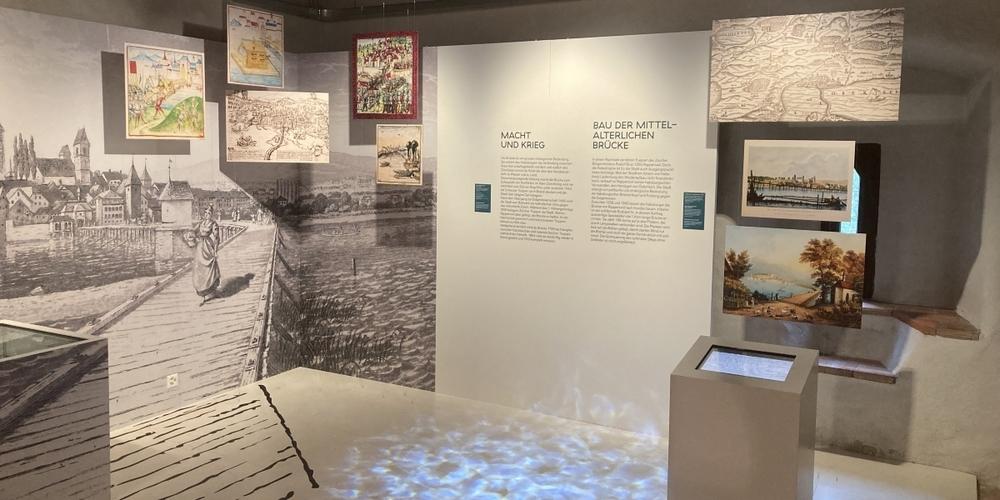 Blick in einen Raum der Wechselausstellung «Brückenschlag» zum Seeübergang Rapperswil-Hurden.