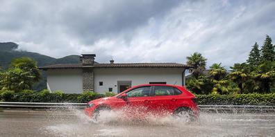 Im Kanton Tessin ist in 72 Stunden ausserordentlich viel Regen gefallen. Im Bild eine überschwemmte Strasse.
