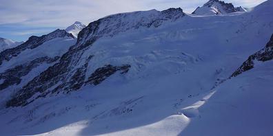Auf dem Jungfraufirn ist am Wochenende ein Berggänger in eine Gletscherspalte gestürzt.