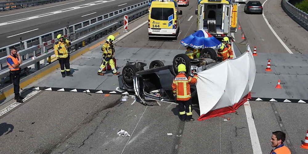 Beim Unfall auf der N3 bei Walenstadt SG wurden der 79-jährige Autofahrer und die 76-jährige Mitfahrerin verletzt. Das Auto war schliesslich auf dem Dach gelandet.