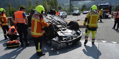 Der Autofahrer und die Mitfahrerin wurden mit dem Rettungsdienst ins Spital gefahren.