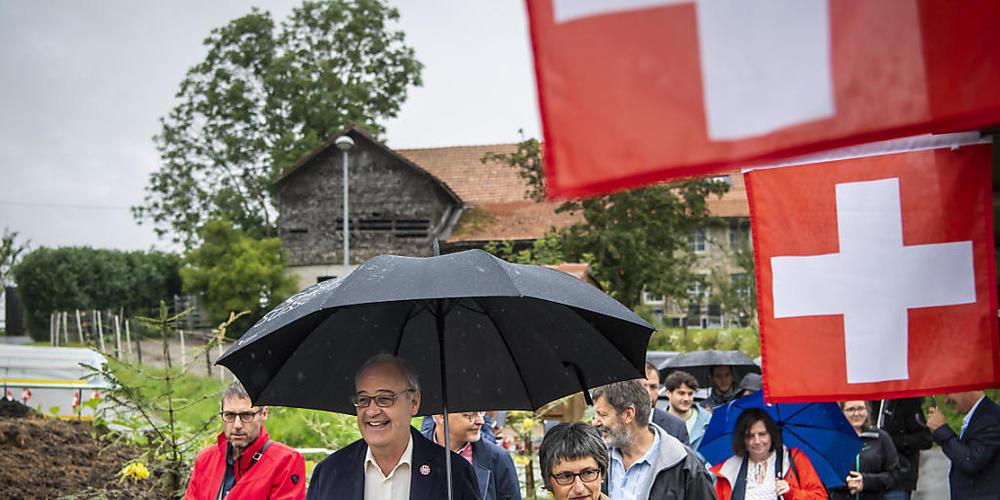 Bundespräsident Guy Parmelin mit seiner Frau Caroline beim Besuch eines Bauernhof-Brunchs am Sonntag in Bouloz FR.