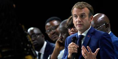ARCHIV - Frankreichs Präsident Emmanuel Macron spricht 60 Jahre nach dem blutigen Massaker an Algeriern in Paris. Foto: Daniel Cole/AP/dpa