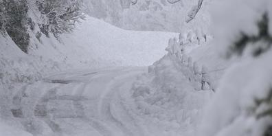 Der viele Neuschnee macht dem Verkehr auf Bergstrassen zu schaffen (Bild: Ulrike Huber)