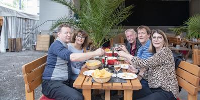 Für Thomas Peter, Alexandra Wessner, Werner Fleisch, Cliff Matzick sowie Sandra Hunn (v.l.) war der Fondue-Plausch ein willkommenes Ereignis, um die Clique wieder zusammenzutrommeln.