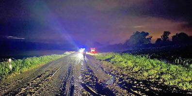 Eine Autofahrerin, die in Richtung Pfyn unterwegs war, verlor auf der verschmutzten Strasse die Kontrolle über ihr Fahrzeug, kam von der Strasse ab und kollidierte mit einer Trafostation.