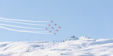 Nach einem spektakulären, aber glimpflich verlaufenen Unfall einer Kunstflugstaffel im Februar 2017 in St. Moritz muss sich der damalige Leiter des PC-7-Teams vor dem Militärgericht verantworten. (Symbolbild)
