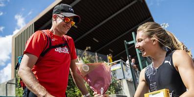 Staffel-Nationaltrainer Raphaël Monachon im Gespräch mit Sprinterin Ajla Del Ponte im Sommer 2020 in Bulle