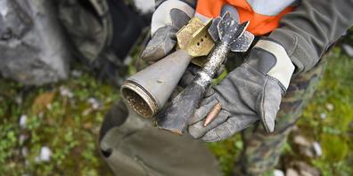 Ein Gebirgsspezialist zeigt Munitionsreste bei einer Aufräumaktion oberhalb der Schwägalp SG im Sommer 2018.