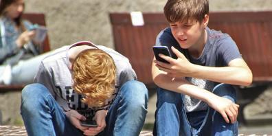 Nicht nur die Mädchen sind vom Druck, der von Social Media ausgeht, betroffen. Auch Jungs vergleichen sich mit ihren Vorbildern auf TikTok, Instagram und Co.
