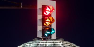 dpatopbilder - Eine Ampel vor der Kuppel des Reichstagsgebäudes leuchtet in allen drei Phasen. Einen Monat nach der Bundestagswahl steigen SPD, Grüne und FDP in die Detailverhandlungen über die Bildung einer gemeinsamen Regierung ein. Foto: Christ...