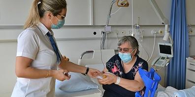 Jetzt ist das Gesundheitspersonal mit dem Impfen an der Reihe.