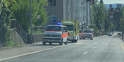 Dienstfahrzeuge der Kantonspolizei St.Gallen am Ort des Verbrechens