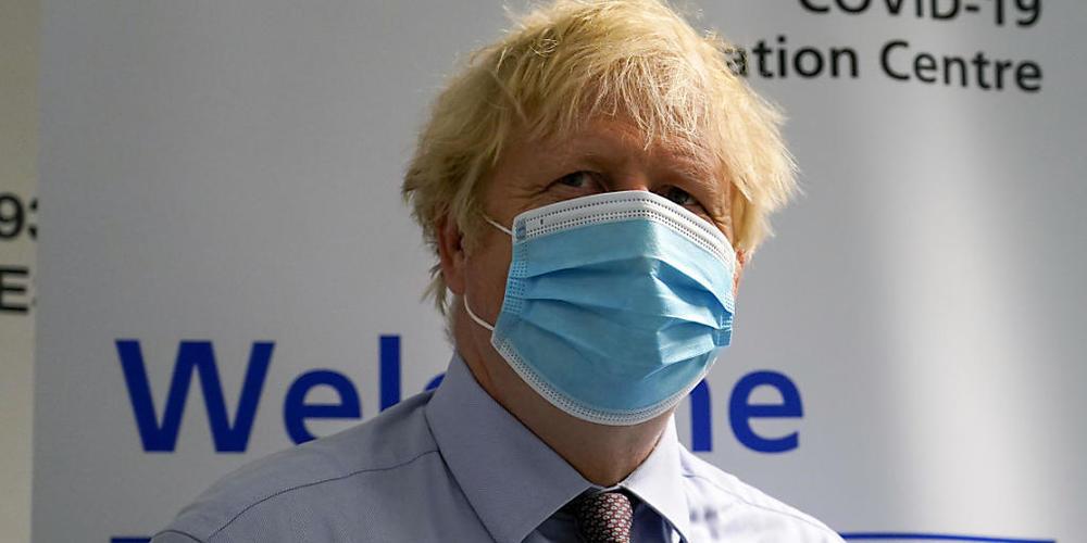 Boris Johnson, Premierminister von Großbritannien, besucht ein Impfzentrum im StoneX Stadium, der Heimat des Rugby-Union-Clubs Saracens. Foto: Alberto Pezzali/AP POOL/dpa
