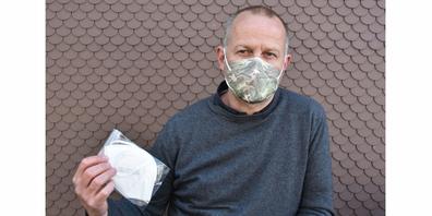 André Böni lässt FFP2-Schutzmasken produzieren. Er selber trägt das neuste Modell, das bei genügend grosser Nachfrage produziert werden kann.