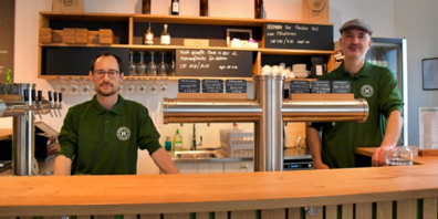 Gianluca Bernet und Marco Hermann hinter der Theke des «Hermann Bier Brauerei und Lokal».