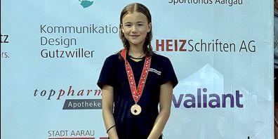 Xenia Waldburger bei der Siegerehrung über 400m Lagen.