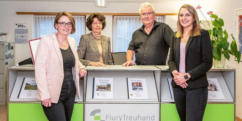 Daniela Landolt-Lippuner, Marianne und Ueli Flury sowie  Melanie Kuratli-Bardill (v.I.) freuen sich über die Neuausrichtung  von Flury Treuhand.