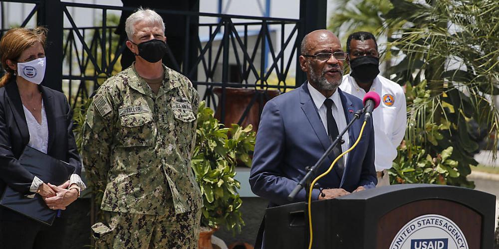 Ariel Henry (vorne), Premierminister von Haiti, spricht. Foto: Joseph Odelyn/AP/dpa