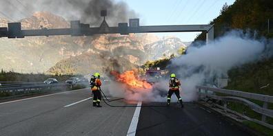 Aus unbekannten Gründen kollidierte das Auto auf der A3 zuerst mit der Mittelleitplanke und dann mit der seitlichen Leitplanke. Danach geriet es in Brand.