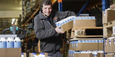 Beim Kommissionieren der Milchprodukte ist Daniel Schmid in seinem Metier.