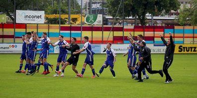 Die B-Junioren vom FC Gossau feiern mit den Fans zusammen den Ostschweizermeister Titel