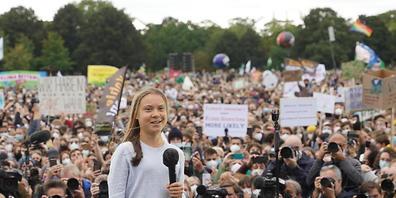 """Die schwedische Klimaaktivistin Greta Thunberg spricht bei einer Demonstration von """"Fridays for Future"""" vor dem Bundestag. Die Aktivisten fordern sozial gerechte und effektive Maßnahmen, um den globalen Temperaturanstieg auf 1,5 Grad Celsius zu be..."""