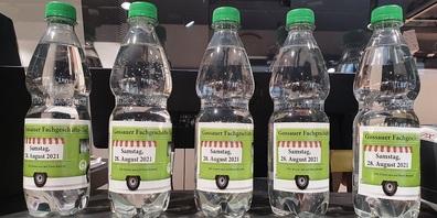 Solche GOBA Mineralwasser-Flaschen werden jetzt in den teilnehmenden Fachgeschäften abgegeben; sie weisen auf den kommenden Fachgeschäfte-Tag hin .