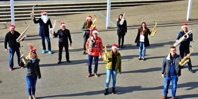 Die Musikerinnen und Musiker der Bürgermusik Benken lassen sich das Musizieren nicht nehmen: In kleinen Gruppen wird enthusiastisch für den digitalen Adventskalender geprobt.