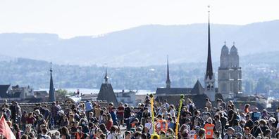 In mehreren Schweizer Städten haben Klimaaktivistinnen und -aktivisten am Freitag auf die Dringlichkeit der Klimakrise aufmerksam gemacht. So auf der Polyterrasse in Zürich (Bild).