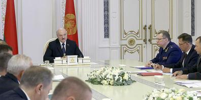 Alexander Lukaschenko, Präsident von Belarus, spricht während einer Kabinettssitzung. Der Apparat von Lukaschenko hat ungeachtet internationaler Kritik die Auflösung von mehr als 40 Menschenrechtsorganisationen in Belarus beschlossen. Foto: Nikola...