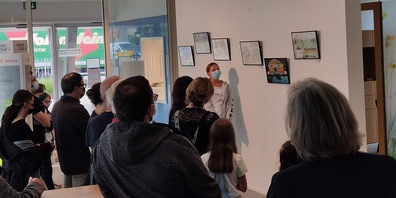 Zahlreiche Besucherinnen und Besucher der Vernissage in der Geschäftsstelle in Schwarzenbach.