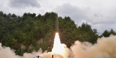 HANDOUT - Dieses von der nordkoreanischen Regierung am 16. September 2021 zur Verfügung gestellte Foto zeigt einen Raketentest, der am 15. September 2021 von einem Zug aus an einem nicht genannten Ort in Nordkorea durchgeführt wurde. Foto: Uncredi...