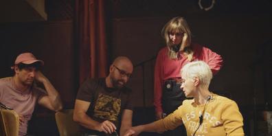 Im Fall der erschossenen Kamerafrau Halyna Hutchins (rechts im Scheinwerferlicht) rücken zwei Set-Mitarbeitende in den Fokus der Ermittlungen. (Archivbild)