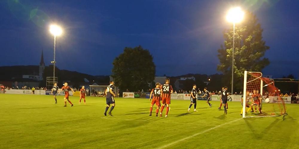 Der FC Uzwil geht 1:0 in Führung: Captain Ifraim Alija trifft nach einer Ecke.