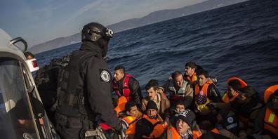 Frontex-Leute retten Bootsflüchtlinge in der Nähe der griechischen Insel Lesbos.