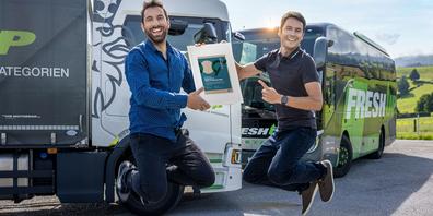 Die beiden Geschäftsführer von Fresh Up – Adrian Stucki (links) und Simon Schmid – gehen vor Freude in die Luft.