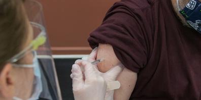 Um die Bevölkerung zum Impfen zu motivieren, sollen Geimpfte bald von mehreren Privilegen profitieren.