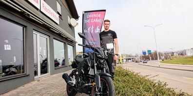 Yanick Raschle, Inhaber des Motorradgeschäfts Raschle Motos in Niederuzwil, freut sich über das neue Kundenpotential.