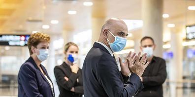 Bundesrat Alain Berset (im Vordergrund) am Dienstagnachmittag am Flughafen Zürich mit der Zürcher Regierungspräsidentin Silvia Steiner, Gesundheitsdirektorin Natalie Rickli und Sicherheitsdirektor Mario Fehr (v.l.)